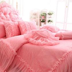 Как да придадем романтика в интериора на спалнята с помощта на спалното бельо?